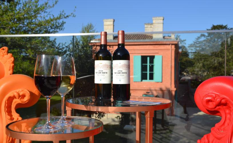 photo détail mise en scène avec 2 bouteilles de vin appellation Pessac Léognan, château Pont Saint-Martin, Bordeaux, dégustation