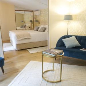 photo de la suite Montaigne jaune et bleue des chambres d'hôtes du château Pont Saint-Martin, Pessac Léognan, Bordeaux, dégustation de vin, tout confort