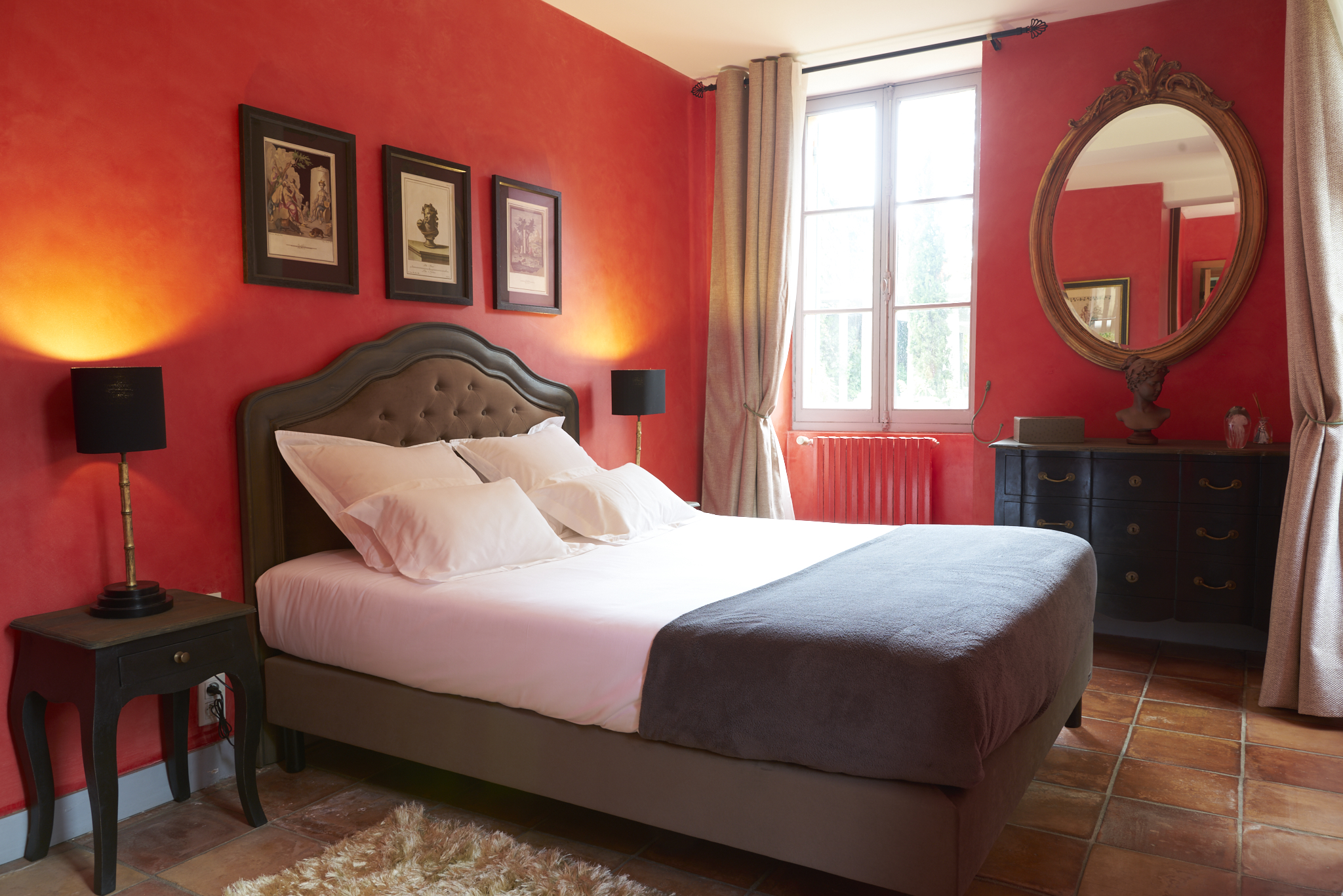photo de la chambre d'hôte rouge située dans le château Pont Saint-Martin, Pessac Léognan, Bordeaux, dégustation de vin