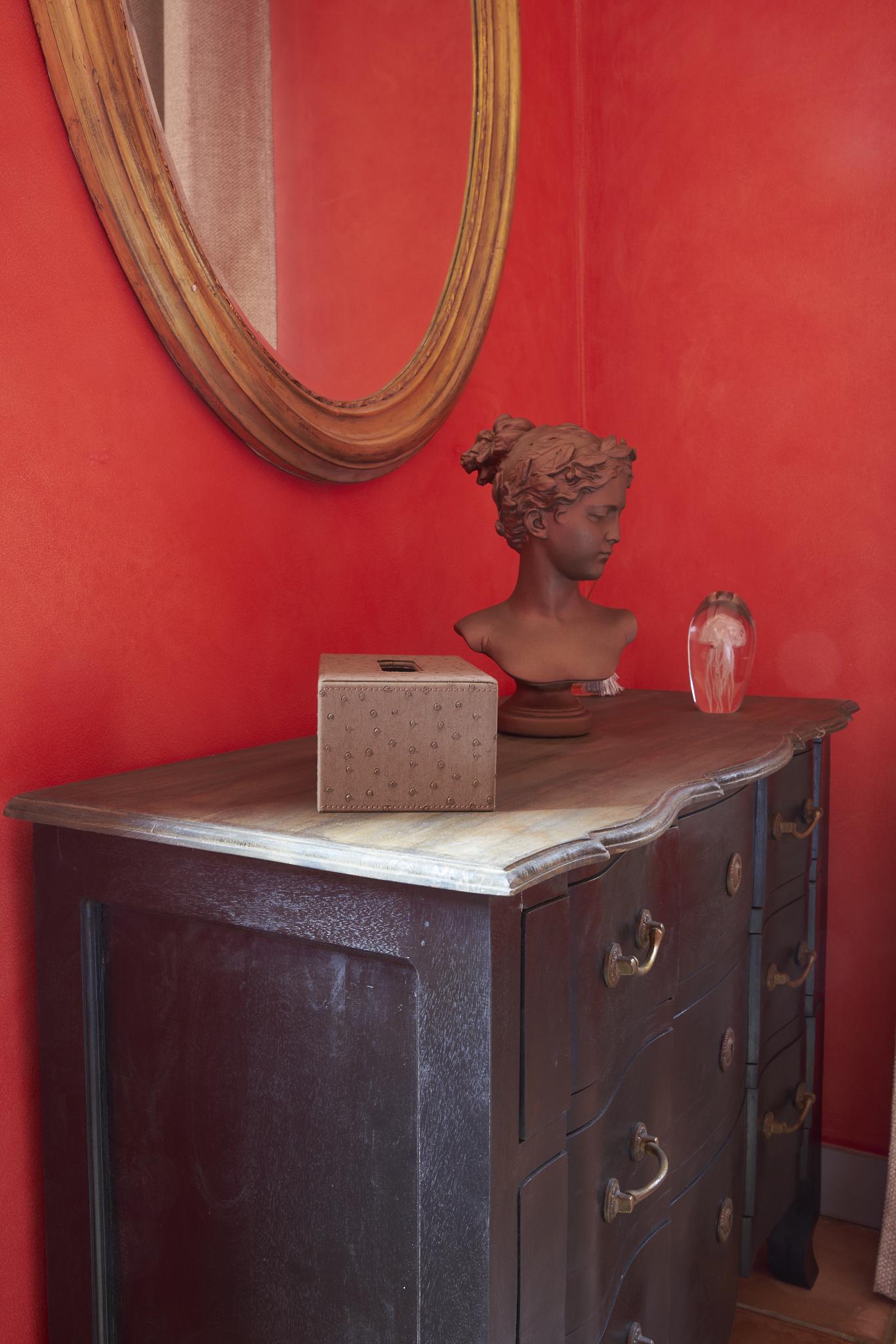 photo détail de la chambre d'hôte rouge située dans le château Pont Saint-Martin, Pessac Léognan, Bordeaux, dégustation de vin